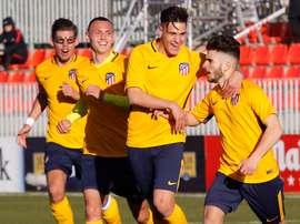Alberto Salido (d) clasificó al Atleti para cuartos de la Youth League. AtletiAcademia