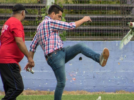 Fenix's manager Alegari kicked a chicken during their match against Racing. Twitter