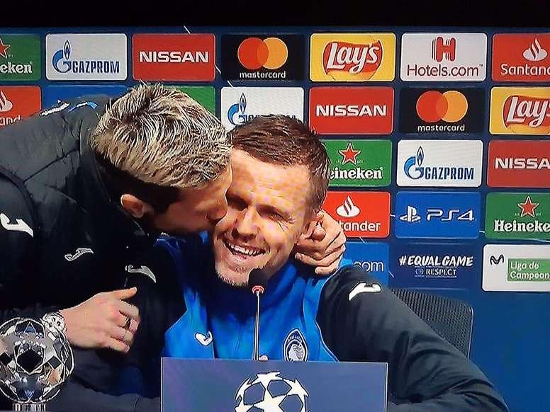 El 'Papu' Gómez besó a Ilicic en rueda de prensa. Captura/MovistarLigadeCampeones