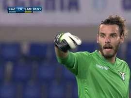Alessandro Marchetti, guardameta de la Lazio, pidiendo el cambio tras lesionarse. Twitter