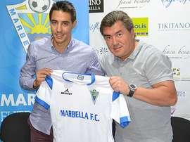 Alexander Grinberg da la bienvenida a Emilio Cubo. FOTO: Marbella FC