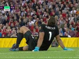 Alisson sort sur blessure avant la pause contre Norwich. Capture/DAZN