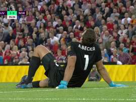 Alisson sai lesionado e Adrián estreia no Liverpool. Captura/DAZN