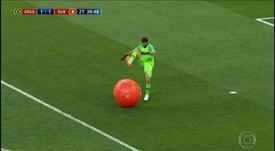 Alisson pinchó un globo con sus tacos. Captura/FS1
