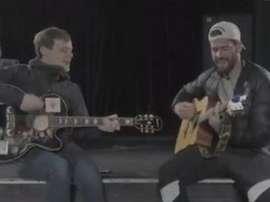 Alisson montre ses talents d'artiste avec un supporter. Capture/Liverpool