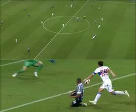 Alisson abre o placar para o Grêmio contra a Universidad Católica. Captura Sportv