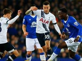 Alli, Carroll y Lukaku luchan por el balón durante el Everton-Tottenham. Twitter