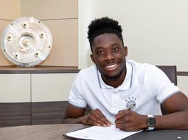 Alphonso Davies, de 19 anos, prolongou o vínculo com o Bayern de Munique. Twitter/FCBayernES