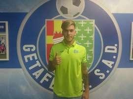 Alvaro Jiménez posa con la camiseta del Getafe. GetafeCF