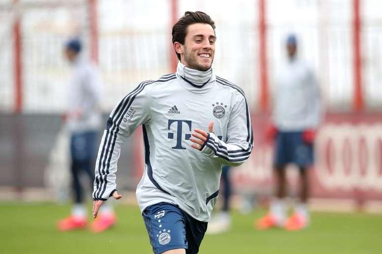Odriozola verra le match contre Schalke depuis le banc. Twitter/FCBayern