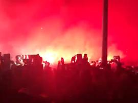 Les supporters de l'Atlético mettent le feu lors de l'arrivée des joueurs. Capture/Carrusel