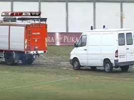 La ambulancia tuvo que ser remolcada por los bomberos hasta el jugador herido. Twitter