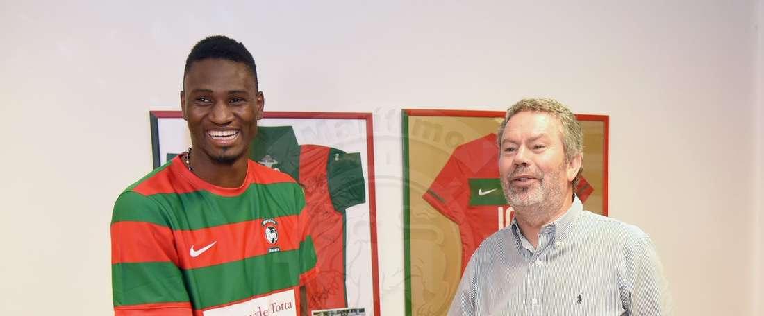 Amido Baldé es recibido por un dirigente en las oficinas del club. MaritimoMadeira