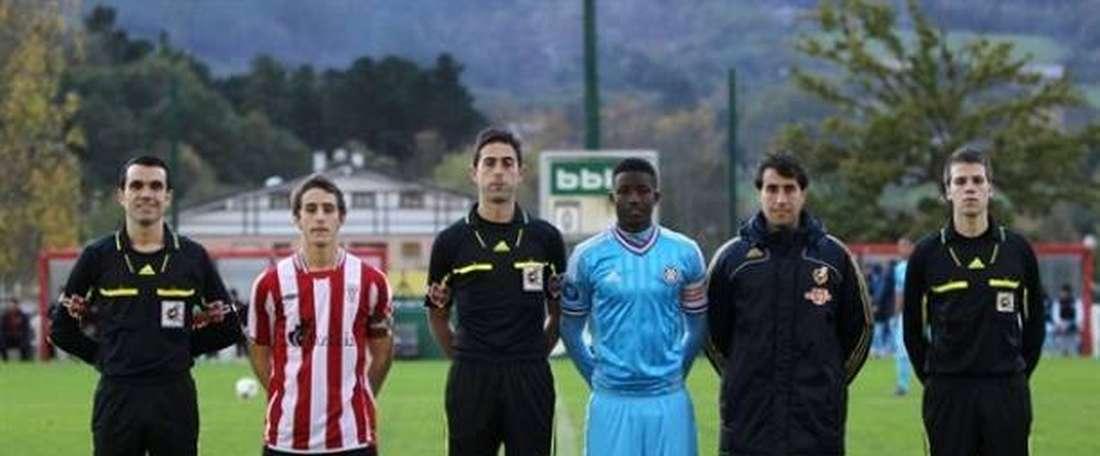 Ander Artabe, en una fotografía con el filial del Athletic (izquierda). AthleticClub