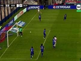 El meta de Tigre intentó parar el juego. Captura/TNTSports
