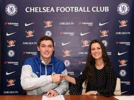 Christensen prorrogou a sua ligação aos 'blues'. Twitter/ChelseaFC
