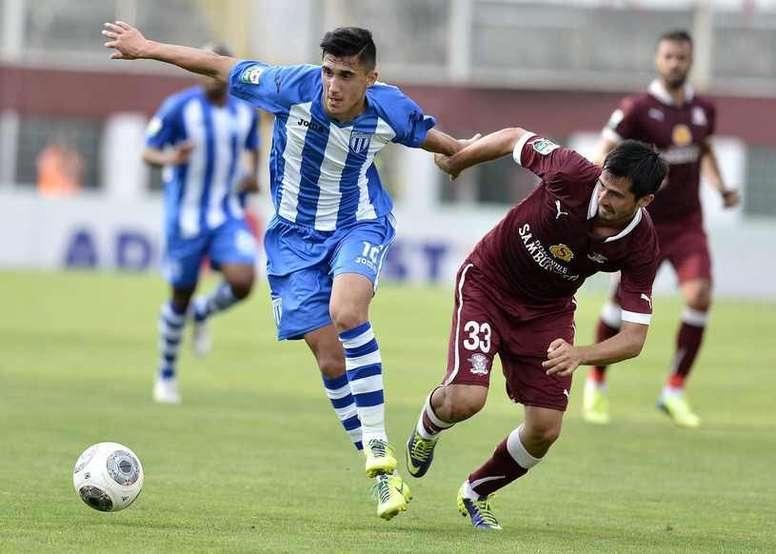 Andrei Ivan, peleando por un balón en un encuentro con el Universidad de Craiova contra el Concordia. Twitter