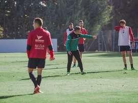 El técnico del Huesca no ha tenido reparos en echar al jugador de la sesión. SDHuesca