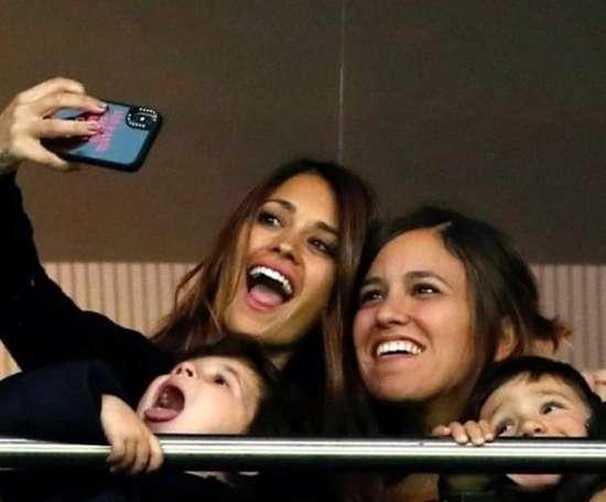 La moglie di Messi allo stadio per il ritorno con l'Albiceleste. Olé