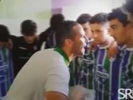 Antonio Fernández, durante la espectacular charla a sus juveniles del San Roque Balompie. Youtube