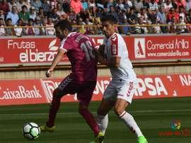 Antoñito y Yeray pelean por un balón en el Cultural Leonesa-Real Valladolid. LaLiga