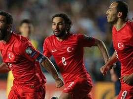 Arda Turan (i) celebra el segundo tanto de los tres que recibió Holanda en su visita a Turquía. Twitter