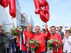 Ribéry, Robben y Rafinha cambiaron las lágrimas por aplausos y globos. Twitter/FCBayern