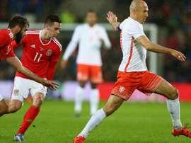 Arjen Robben deja atrás a dos rivales galeses en el último partido amistoso de Holanda. Twitter