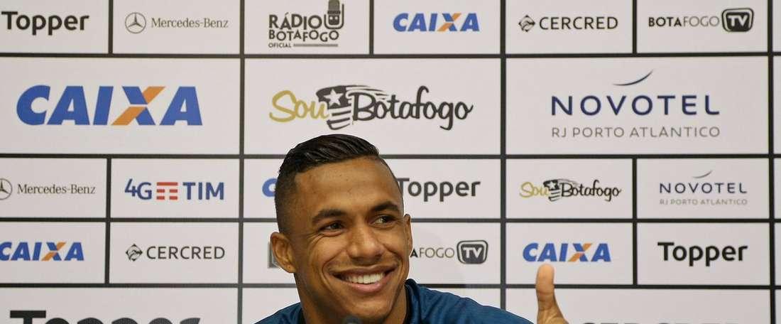 El lateral derecho quiere renovar su compromiso con la entidad brasileña. BotafogoFR