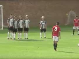Puigmal convirtió un golazo de falta ante el Newcastle. Twitter/ManUtd