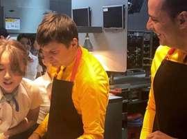 Arshavin repartió hamburguesas. Twitter/CarlosAlós
