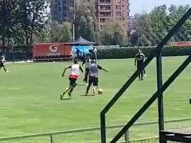 Il mediano del Barça, ex Juve, si allena con le giovanili del Colo Colo. Captura/ADN