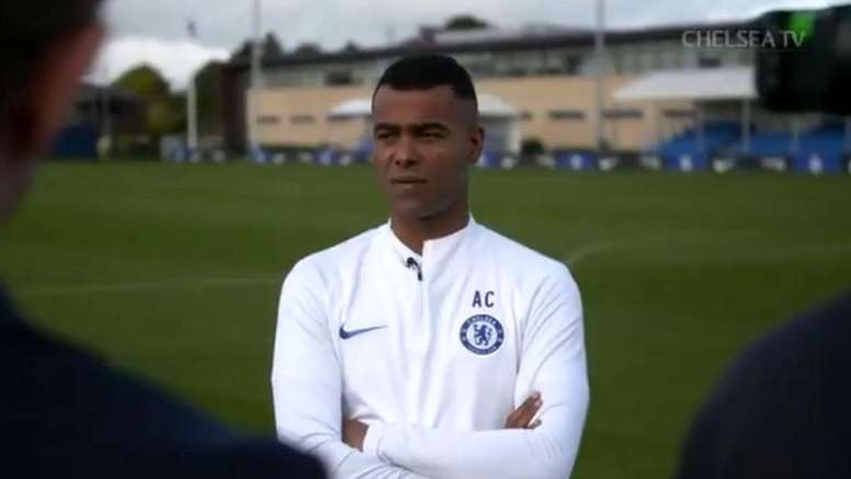 Ashley Cole returns to Chelsea as the Under-15 coach. Captura/ChelseaTV