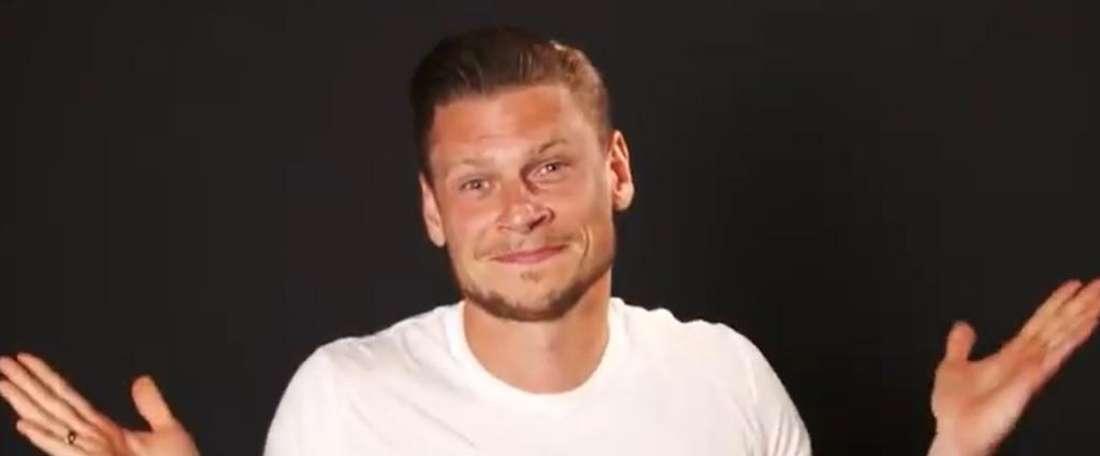O lateral-direito Piszczek, de 34 anos, ficará no Borussia Dortmund por mais um ano. Captura/BVB