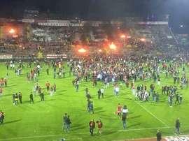 Así quedo el estadio del Eskisehirspor, al que tuvieron que acudir camiones de bomberos para sofocar las llamas. AFP