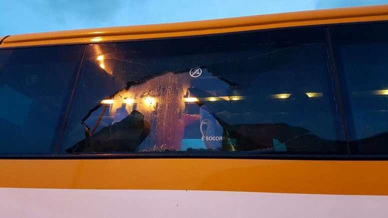 Así quedó una de las lunas del bus que transportaba a los jugadores del Polvorín a Ribadeo. Twitter