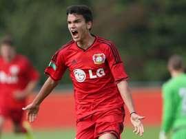 Atakan Akkaynak, canterano del Bayer Leverkusen, celebra un tanto con su equipo. Bayer04