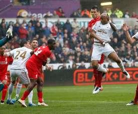 Ayew cabecea un balón en el encuentro entre el Swansea City y el Liverpool. SwanseaCityAFC