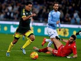 Bacca regatea a Marchetti para hacer el 0-3. AFP