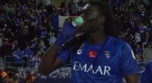 Bafé Gomis marque et boit un café. Capture/Twitter/AL-Hilal.
