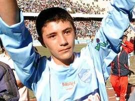 Baldivieso salue la foule le jour de ses débuts. Telegraph
