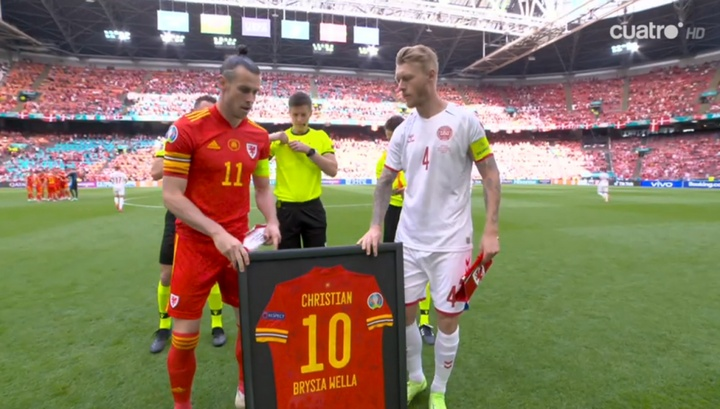 Bale and Wales paid tribute to Eriksen in Wales v Denmark. Screenshot/Cuatro