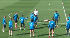 Modric se enfadó con Bale en un rondo ¡y pegó un pelotazo! Captura/Youtube