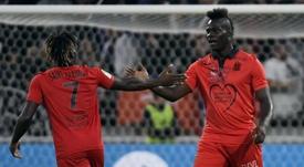 Balotelli, jogador do Nice, celebrando com Saint-Máximin um gol. AFP