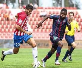 Bambock (d) vestirá la camiseta del Córdoba esta temporada. Twitter/Huesca