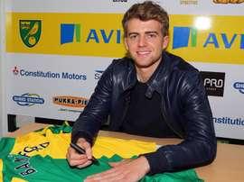 Bamford firma una camiseta del Norwich City. Twitter