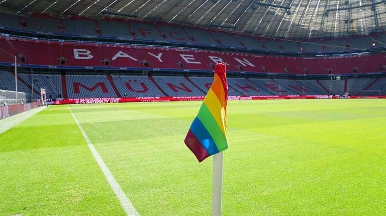 Un arc-en-ciel sur les drapeaux de corner du Bayern. FCBayern