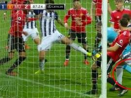 Barry pisa a De Gea para intentar que no atrape un balón. Twitter