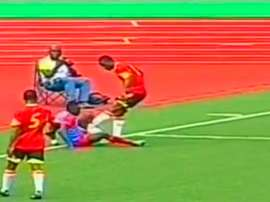 Bastos, de Angola, comete un clamoroso (y doloroso) penalti en el encuentro ante la República Democrática del Congo. YouTube