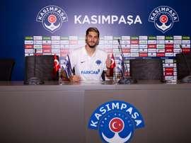 Batuhan Altintas posa para la foto en el momento de firmar su nuevo contrato como jugador del Kasimpasa, donde jugará cedido a préstamo del Hamburgo. Kasimpasa